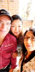 María Ramírez, al centro, con su padre Gabriel Ramírez y su hermana María de la Luz.