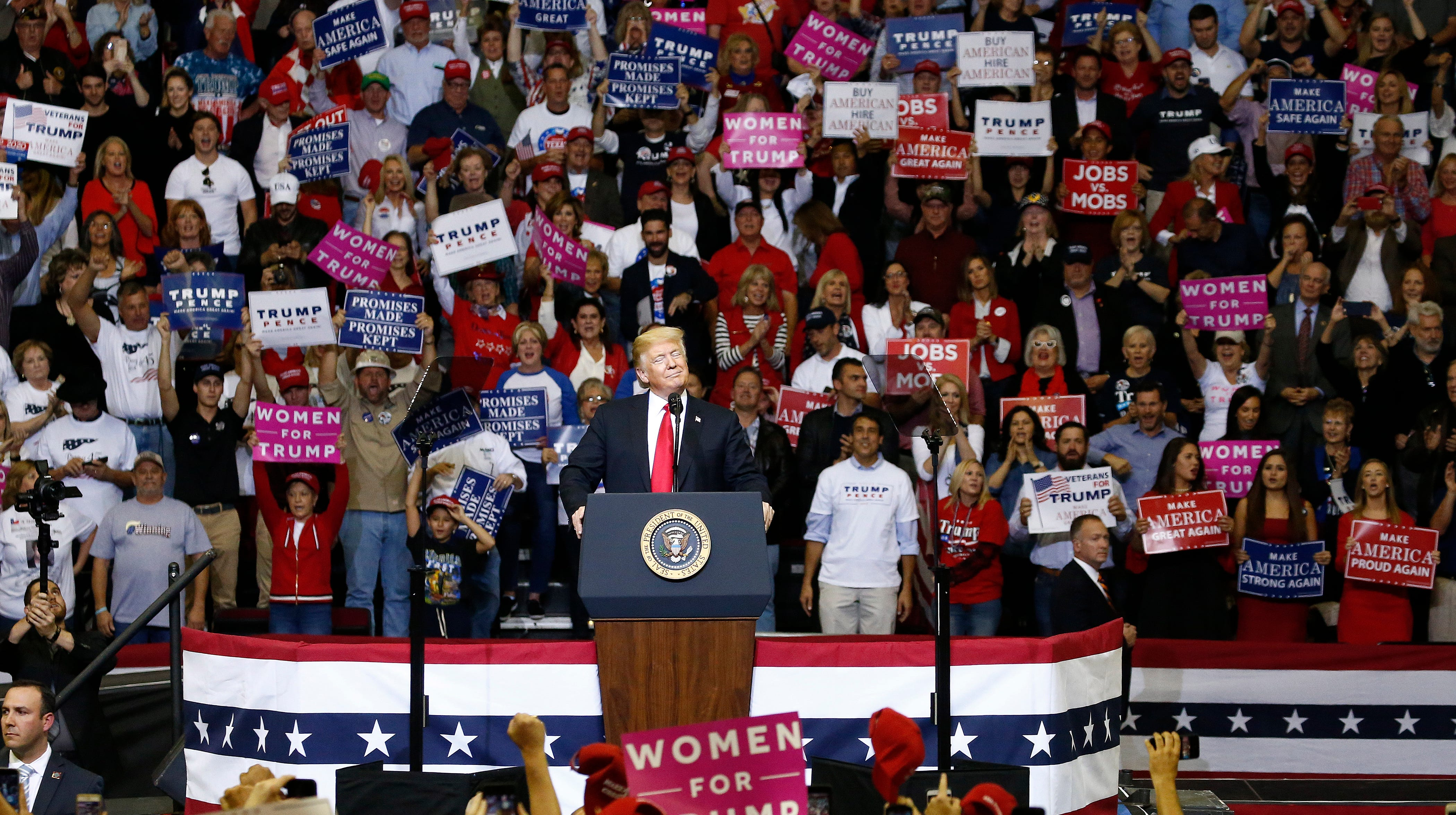 epa07112464 United States President Donald J. Trump speaks to supporters at a rally in Houston, Texas, USA, 22 October 2018.  EPA-EFE/LARRY W. SMITH ORG XMIT: LWS129