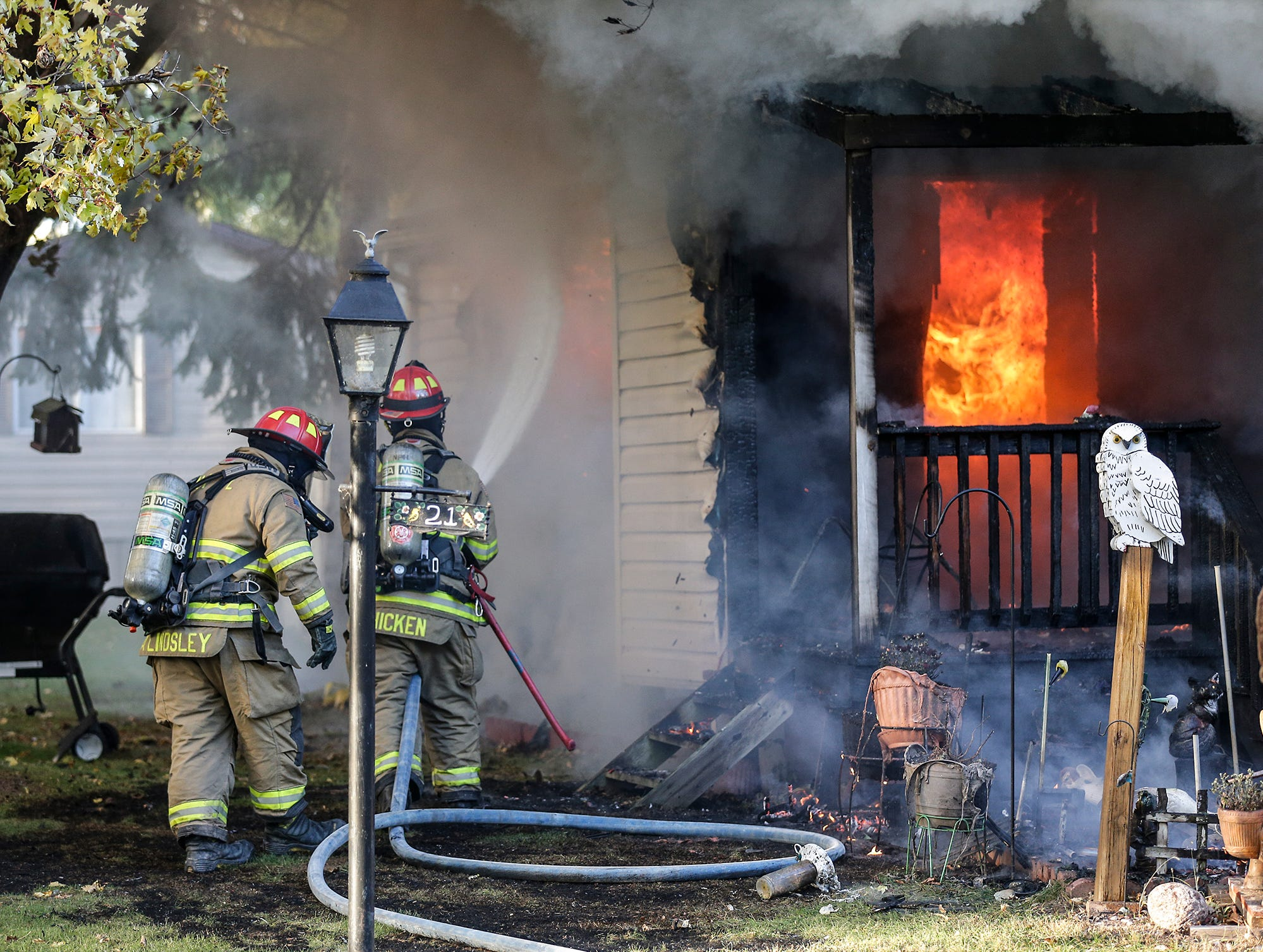 Fire departments from multiple agencies battle a mobile home fire Tuesday, October 23, 2018 at 21 Gaslight Drive in the Gaslight Terrace mobile home park in North Fond du Lac, Wisconsin. Doug Raflik/USA TODAY NETWORK-Wisconsin