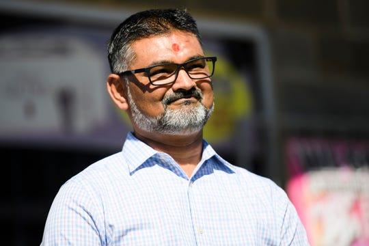 Pemilik toko KC Mart, C.J. Patel, muncul pada konferensi pers tahun 2018.