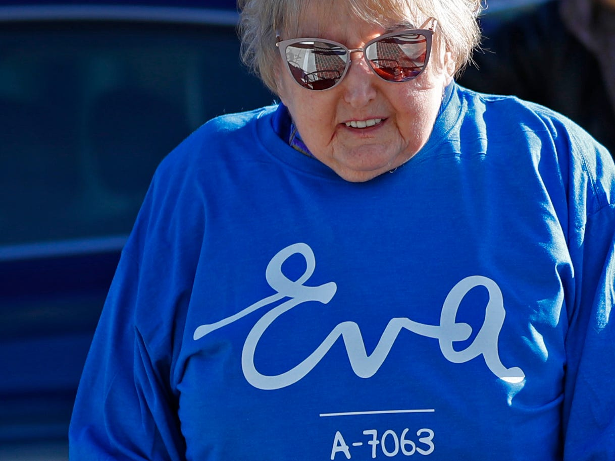 Holocaust survivor Eva Kor, center, joins others at the Indianapolis Motor Speedway Yard of Bricks, Wednesday, Oct. 24, 2018, midway during the pace-setting run for the 2019 OneAmerica 500 Festival Mini-Marathon.  The 500 Festival will donate $1 to the CANDLES Holocaust Museum in Terre Haute for every mini-marathon participant who finishes the 2019 race in a better time than Team Eva.  Kor ran the very last of the relay race.