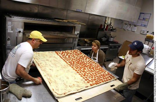 Una pizzería en California creó la pizza más grande del mundo que se puede pedir para llevar; mide 1.37 por 1.37 m.