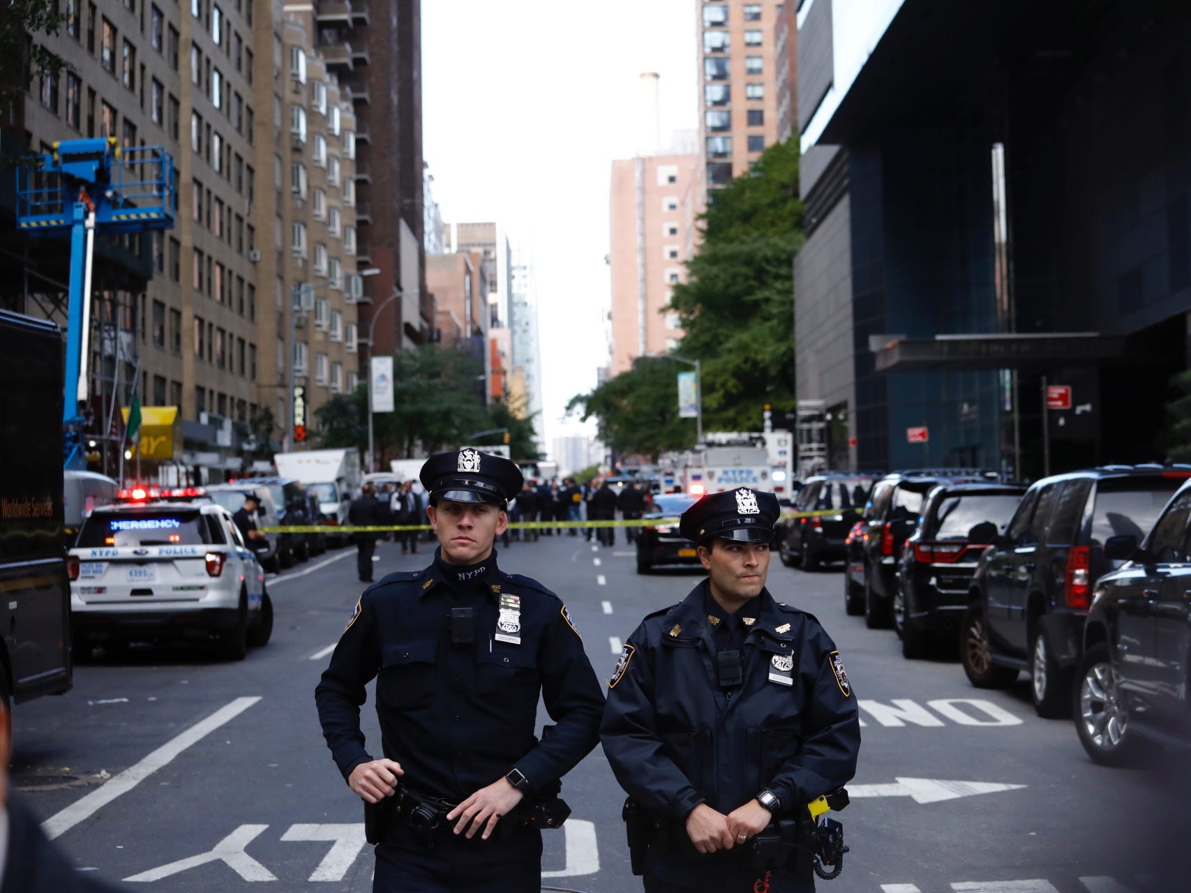 epa07116477 Police stand guard in a closed street after a bomb alert at the Time Warner offices in New York, New York, USA, 24 October 2018. According to news reports, New York police were called to a suspicious package sent to the Time Warner building in which CNN is located.  EPA-EFE/JUSTIN LANE ORG XMIT: NWY02