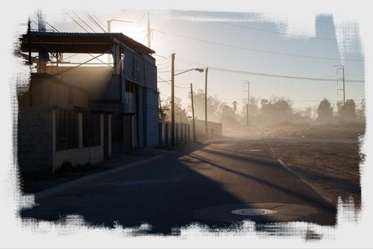 El aire brumoso invade un vecindario ubicado junto a varias fábricas en Mexicali.