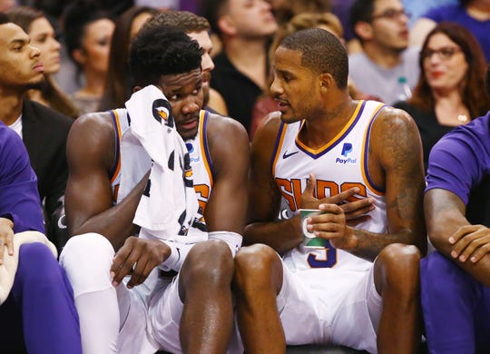 Rookie Deandre Ayton talks with Trevor Ariza on the bench during the second half of the Suns' 131-113 loss to the Lakers.