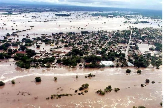 Tras colapsar el muro de contención del malecón del río San Pedro, la zona urbana del municipio de Tuxpan se inundó.