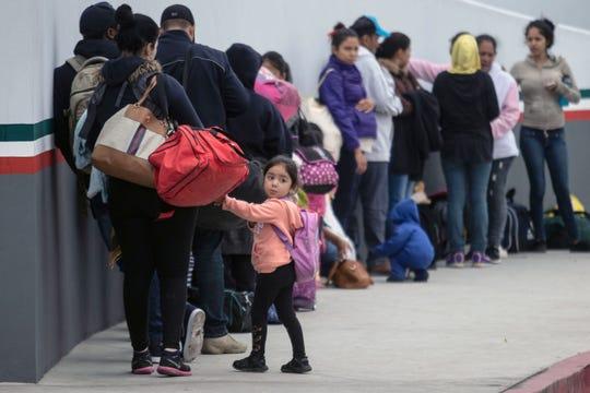 Migrantes en el puerto de entrada El Chaparral, en Tijuana, hacen fila en espera de su turno para poder solicitar asilo en EEUU.