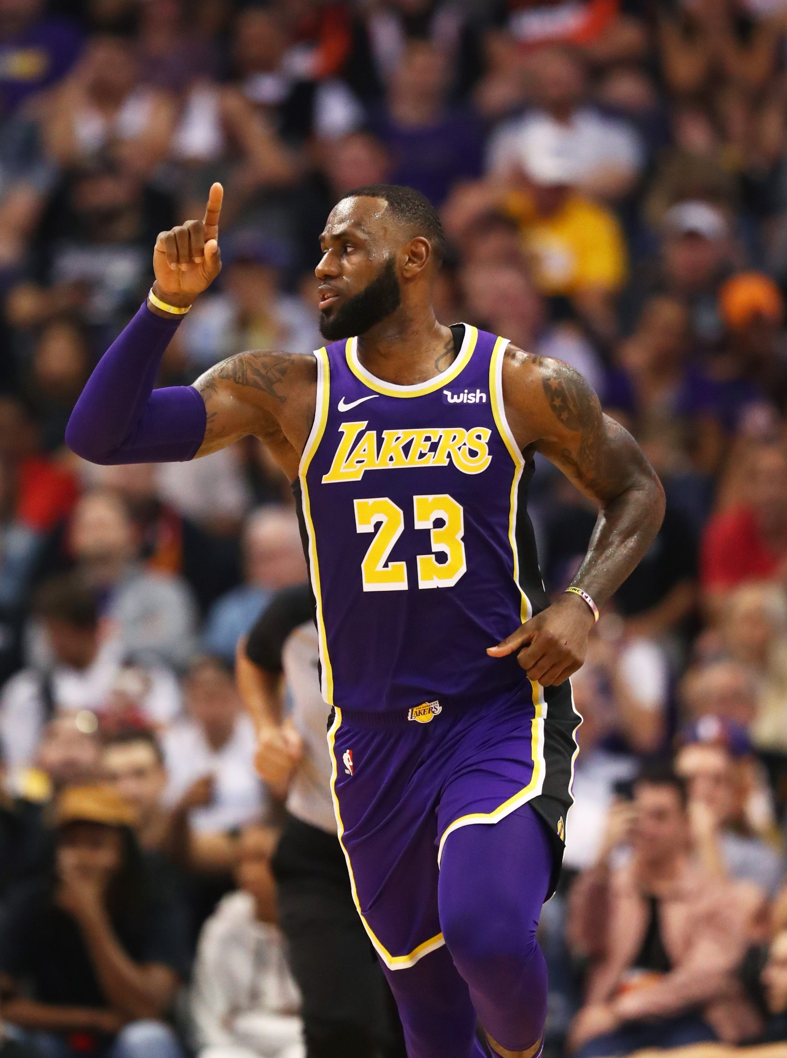 Finally! LeBron James, Lakers roll past Suns for elusive ...