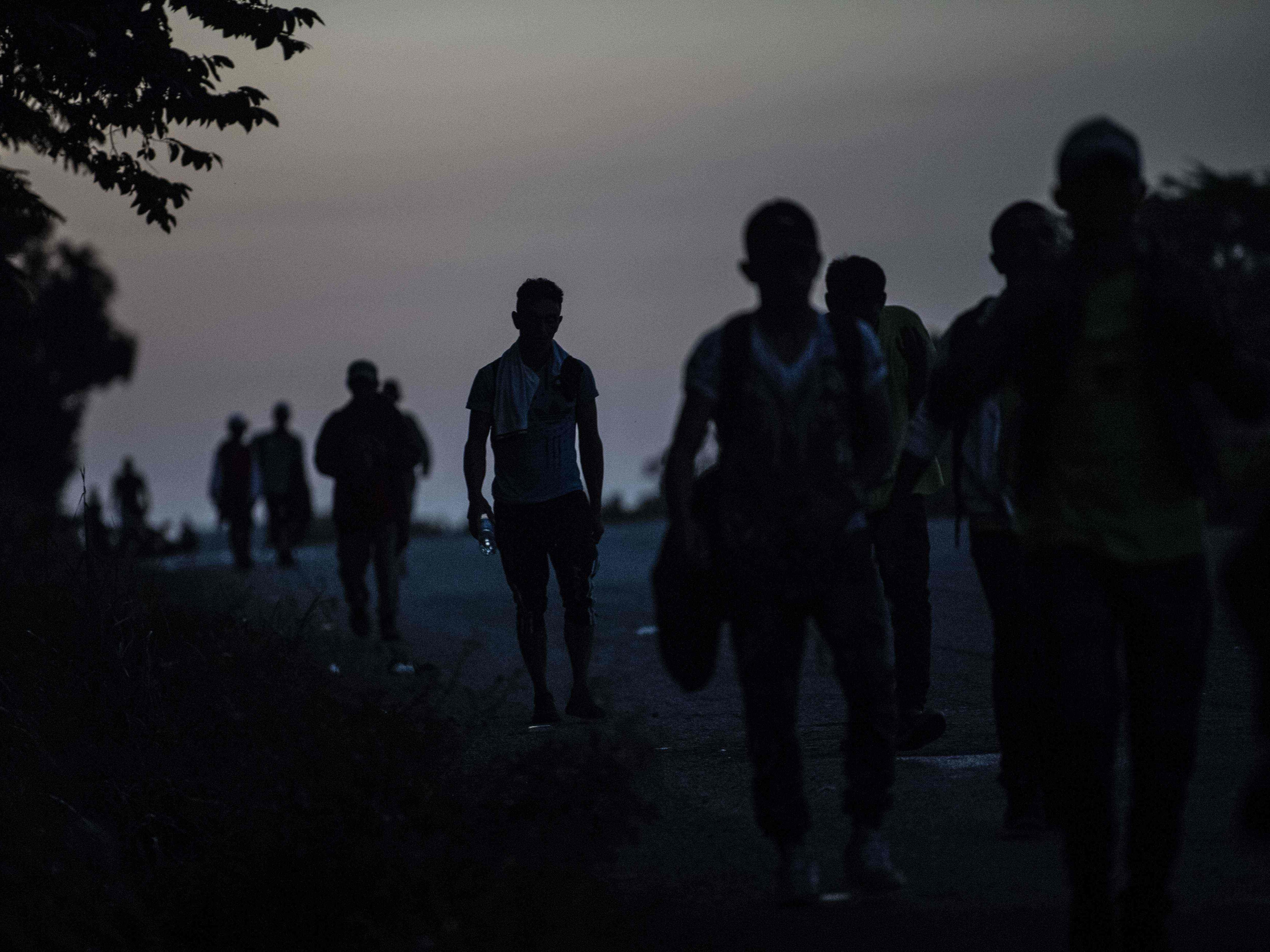 Central American migrants heading in a caravan to the U.S., walk near Mapastepec, southern Mexico, Oct. 25, 2018.  Thousands of Central American migrants crossing Mexico toward the United States in a caravan have resumed their long trek, walking about 12 hours to their next destination.