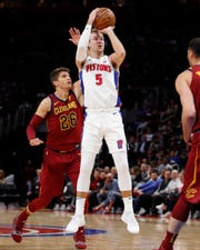 Luke Kennard shoots the ball in front Kyle Korver (26) in the second quarter.