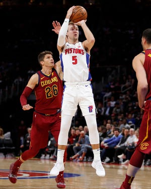 Luke Kennard shoots the ball in front of Cavaliers guard Kyle Korver (26) during the second quarter at Little Caesars Arena, Thursday.