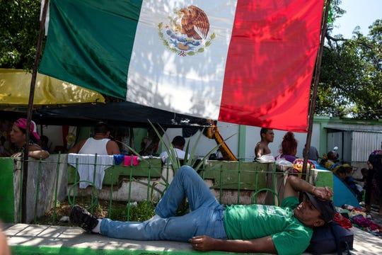 Un inmigrante de Honduras toma una siesta en su paso por México.