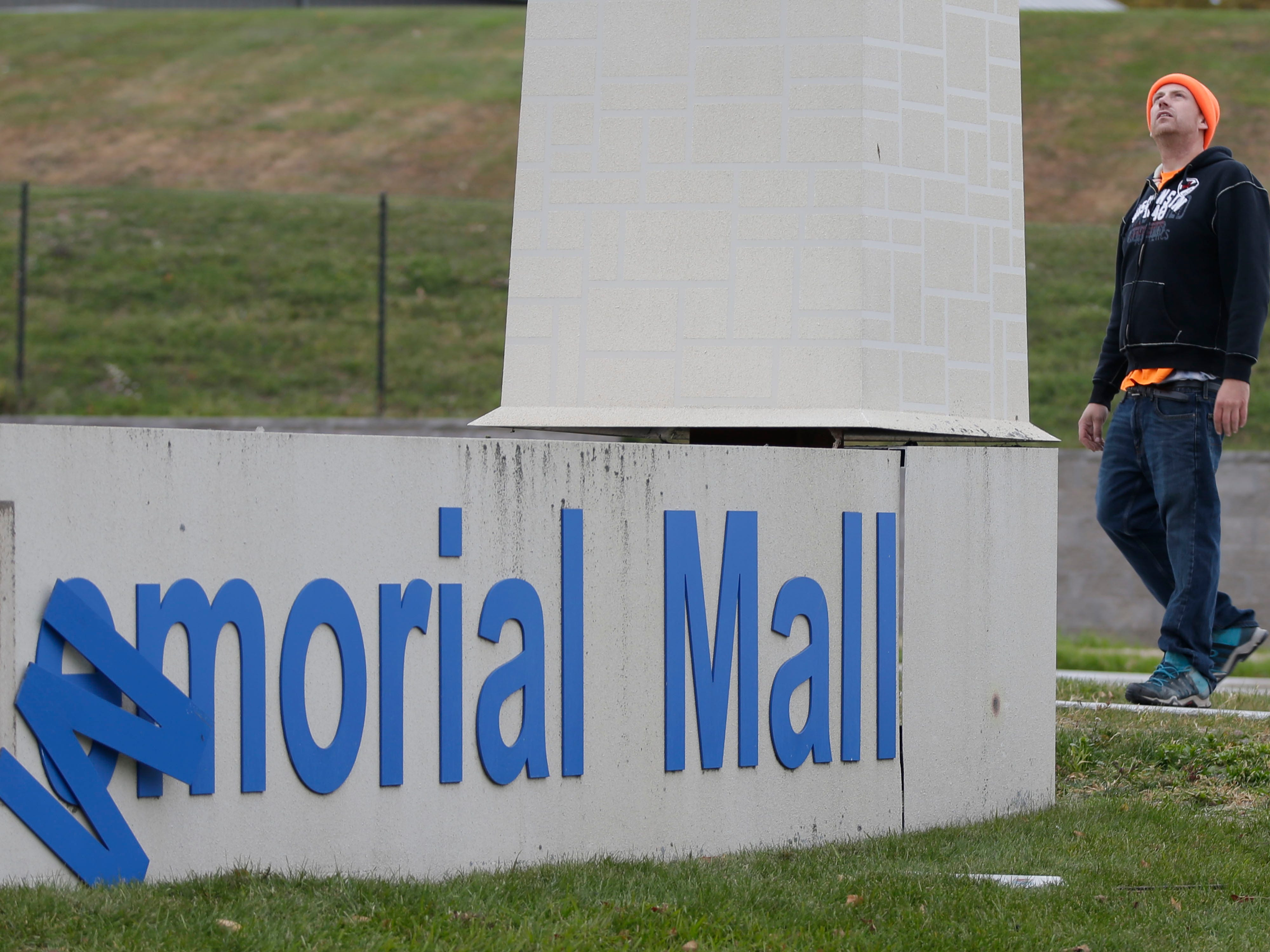 RLO Sign site supervisor Craig Ostermann observes as the old Sheboygan Memorial Mall sign is dismantled, Friday, October 26, 2018, in Sheboygan, Wis.