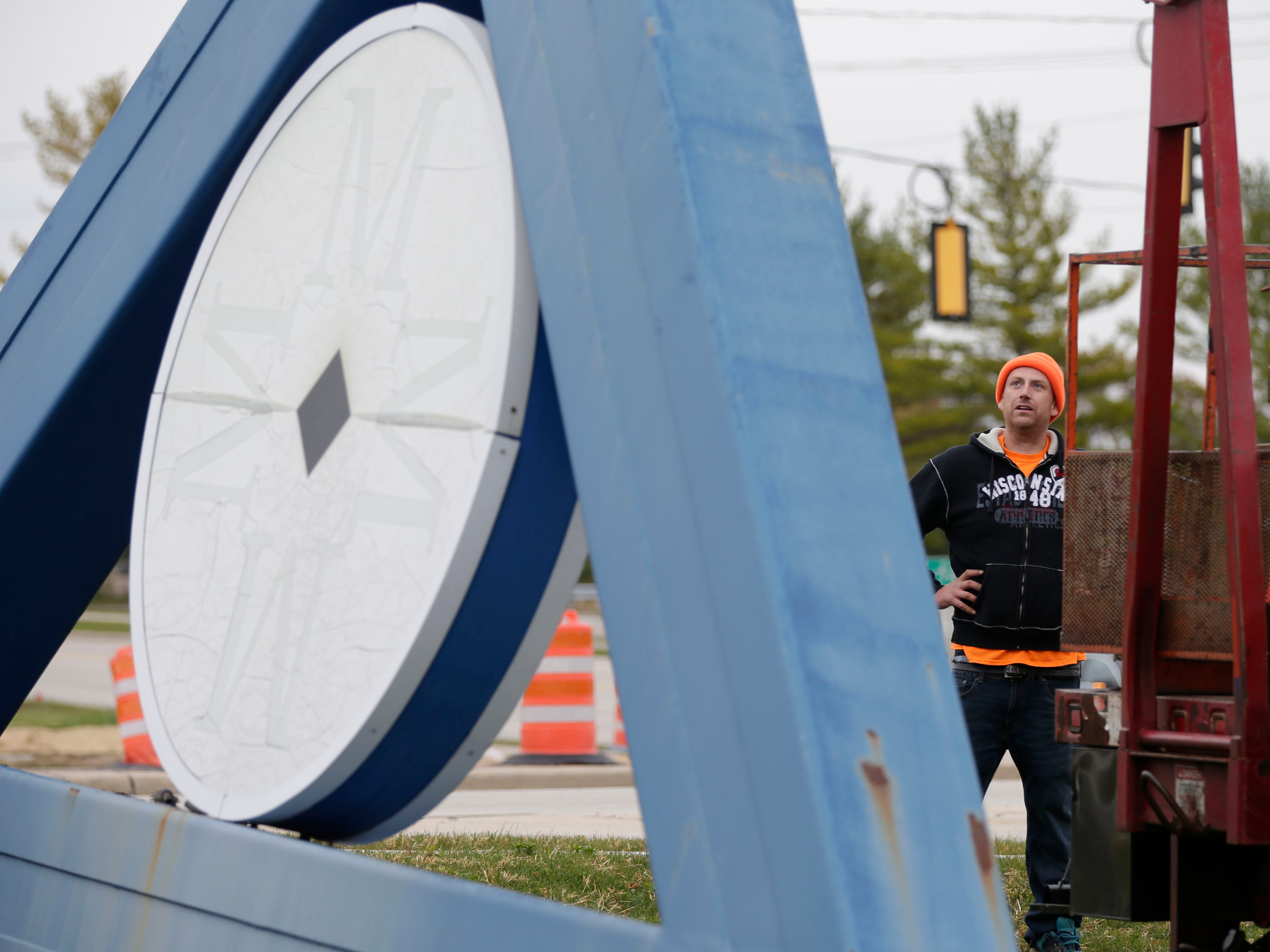 RLO Sign site supervisor Craig Ostermann watches as the old Sheboygan Memorial Mall sign is lowered to the ground, Friday, October 26, 2018, in Sheboygan, Wis.