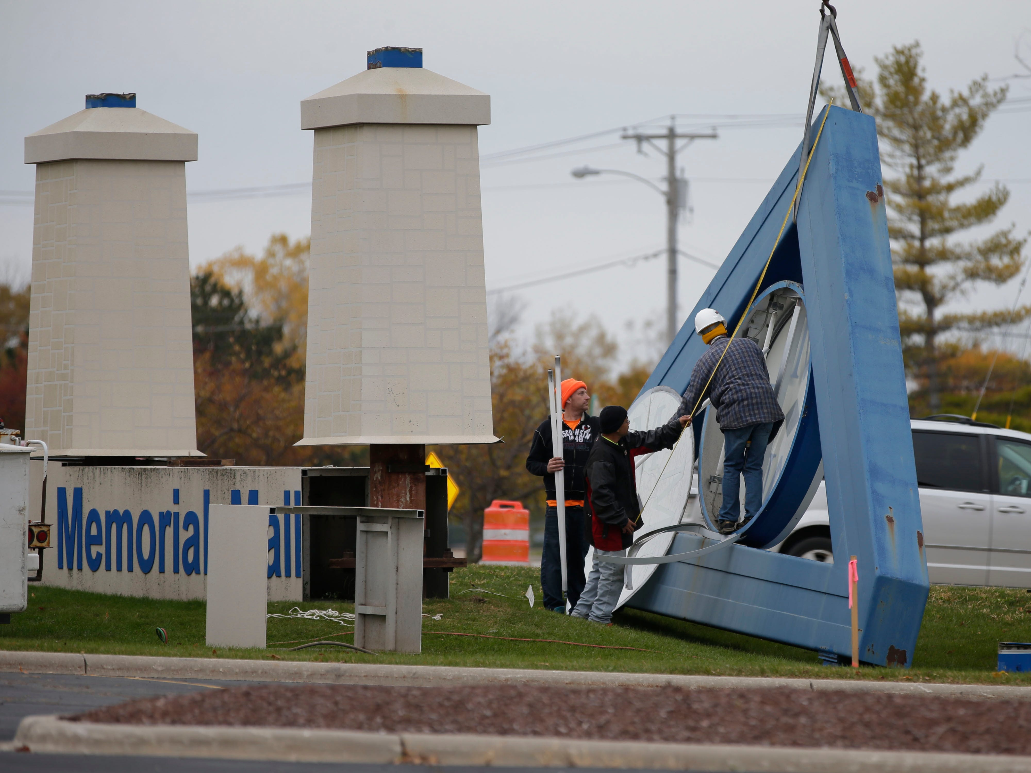 RLO Sign employees dismantle the old Sheboygan Memorial Mall sign, Friday, October 26, 2018, in Sheboygan, Wis. A new sign by Meijers is replacing the sign.