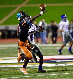 The Pebble Hills High School Spartans took a 14-7 lead late in the first quarter against Americas in El Paso high school football action.