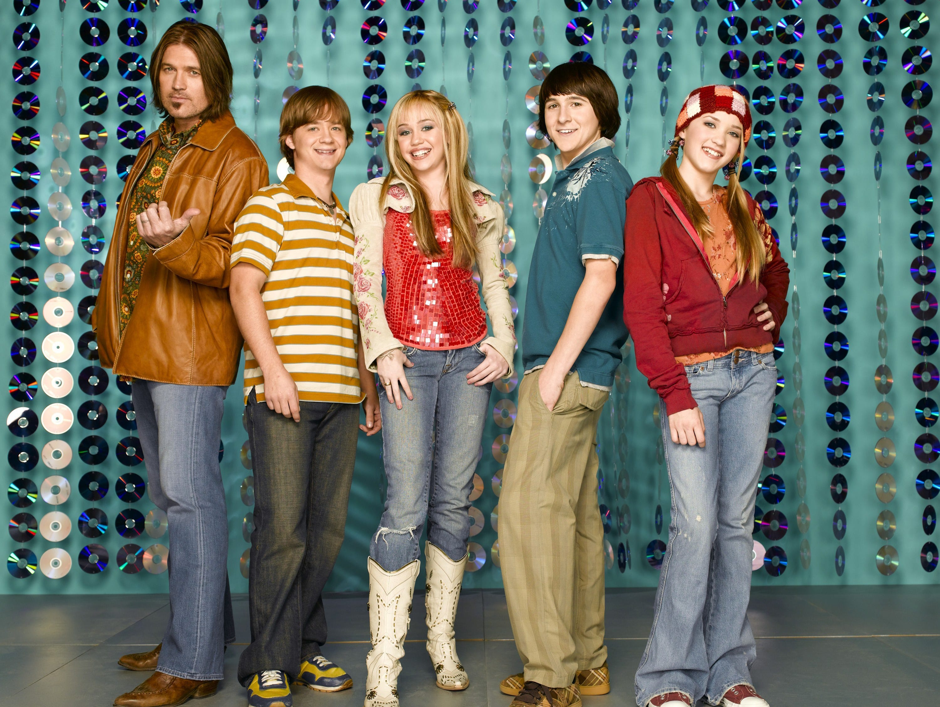 The cast of Hannah Montana. Billy Ray, Jason, Miley CYRUS, Mitchel and EMILY OSMENT. --- DATE TAKEN: rec'd 03/06  No Byline   Disney Channel        HO      - handout   ORG XMIT: ZX46131