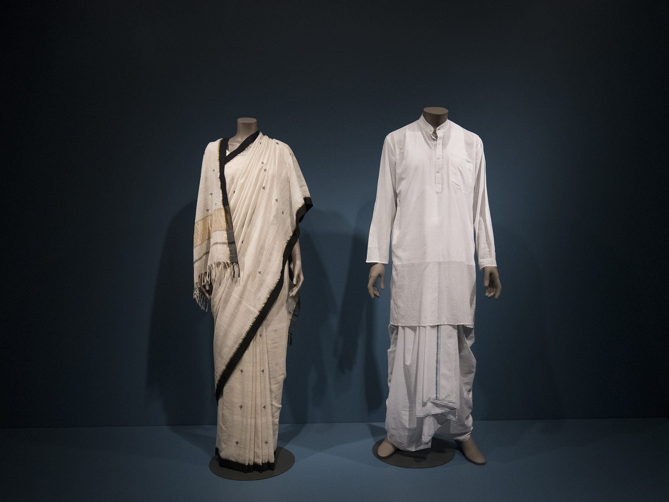 This khadi sari and kurta are included in the new Fabrics of India exhibit at the Cincinnati Art Museum.