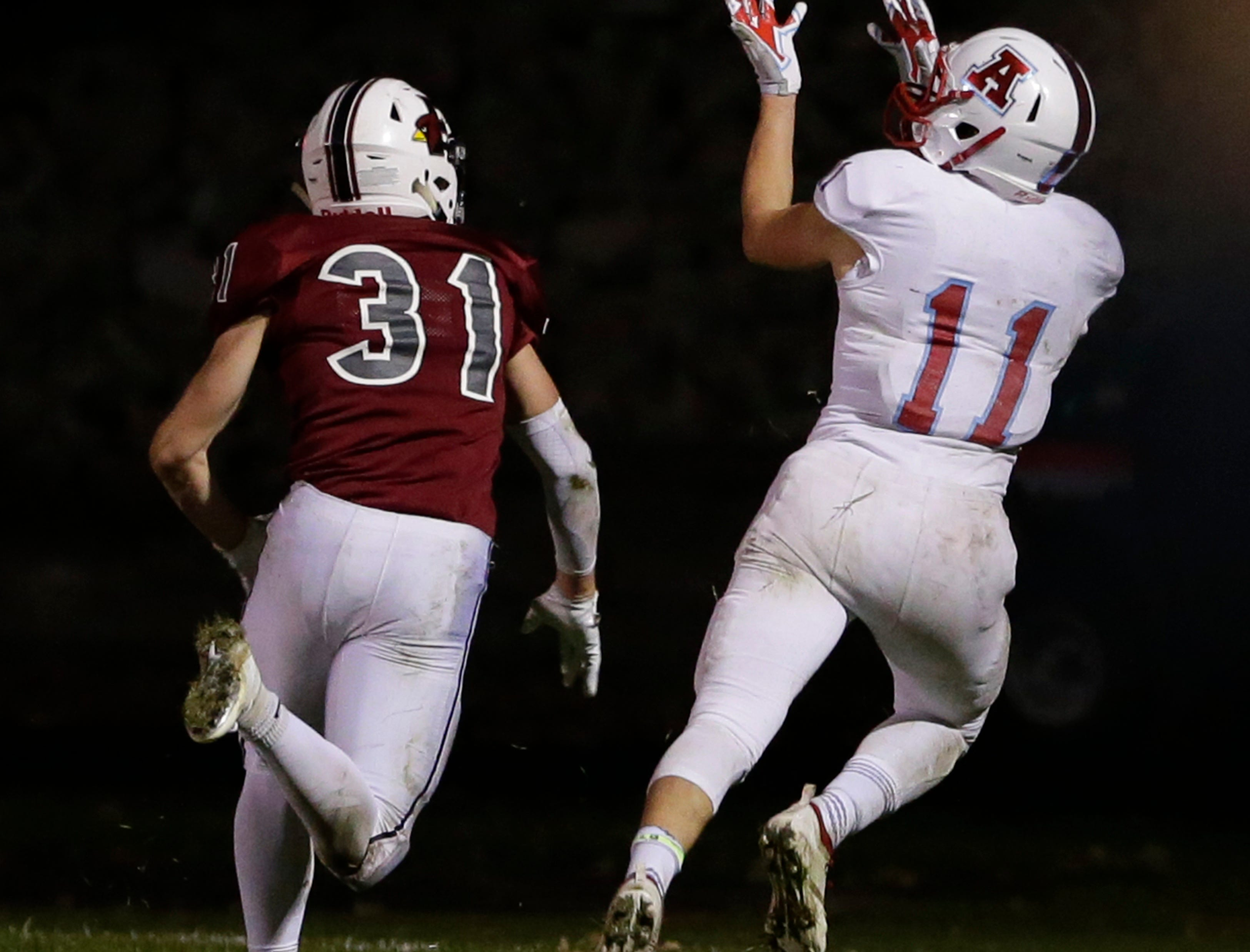 Arrowhead's Jacob Schleicher makes a catch during their game.  Fond du Lac Cardinals played Arrowhead Warhawks in WIAA football playoff sectionals, Friday, Oct. 26, 2018, at Fruth Field in Fond du Lac.  Fond du Lac won 28 - 22.Joe Sienkiewicz/USA Today NETWORK-Wisconsin