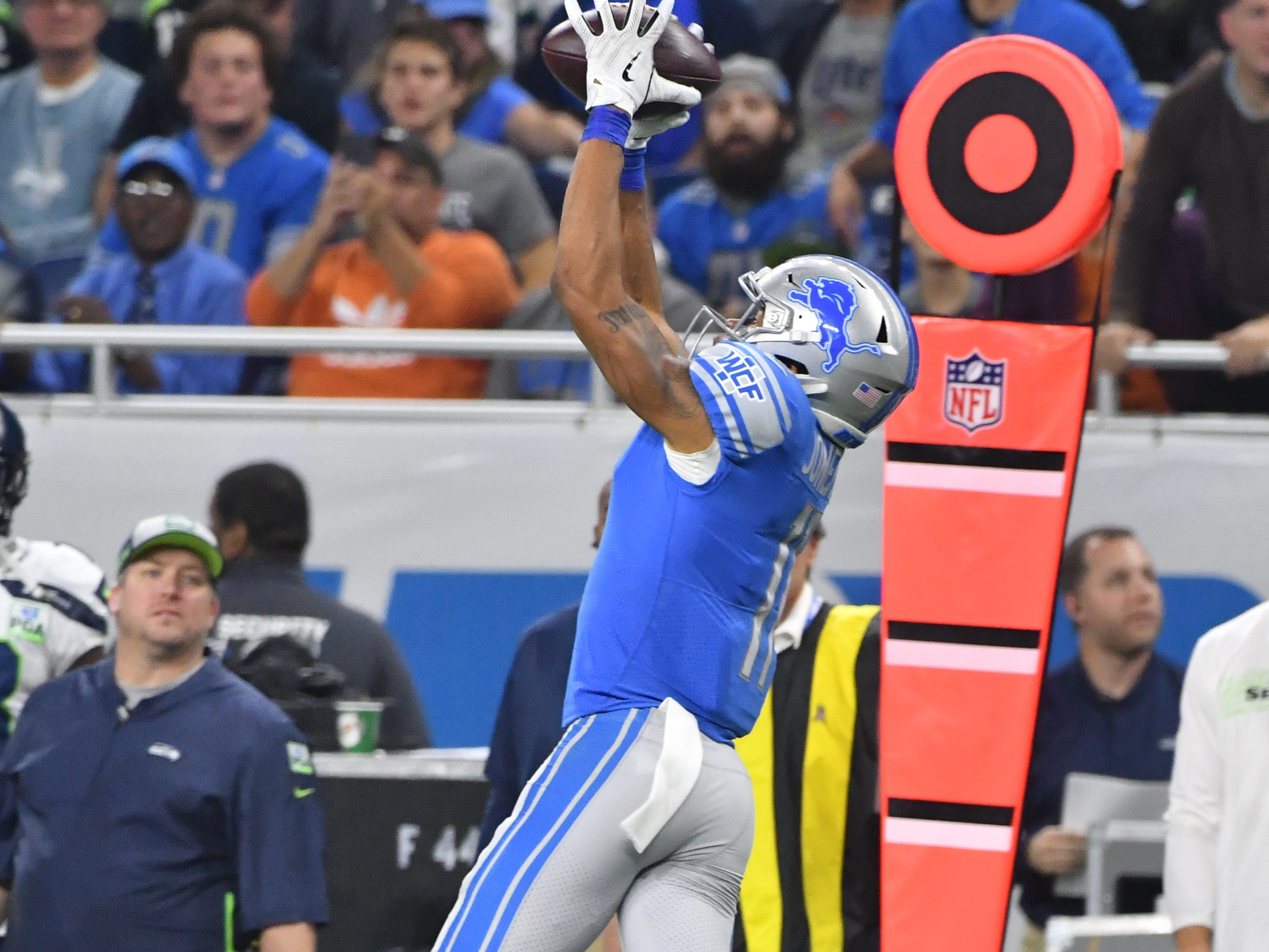 Lions wide receiver Marvin Jones pulls down a long reception down the sidelines in the fourth quarter.