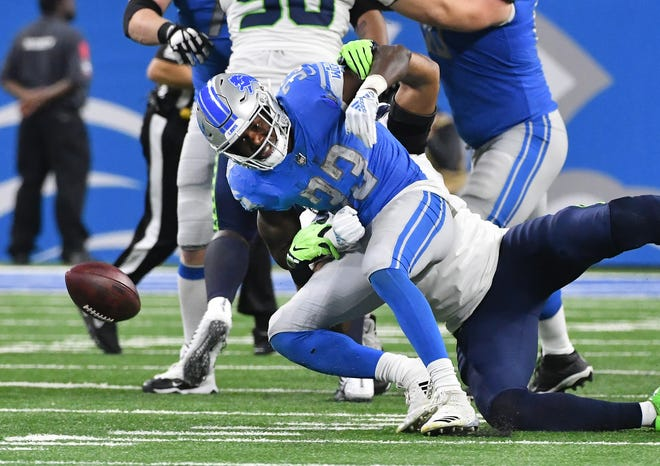 Lions running back Kerryon Johnson can't pull in a reception with the Seahawks' Bobby Wagner defending in the second quarter.