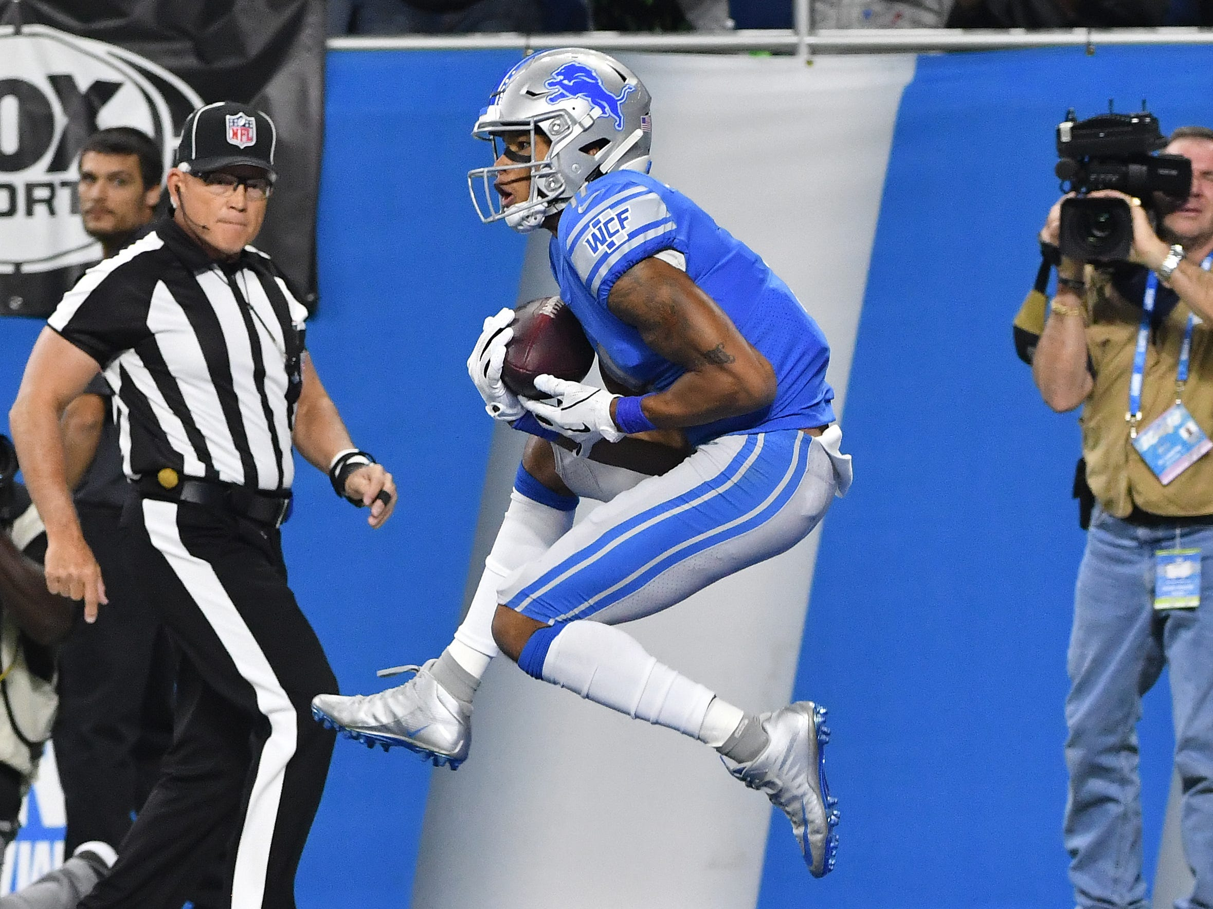 Lions' Marvin Jones Jr. pulls in a long touchdown reception from quarterback Matthew Stafford in the first quarter.