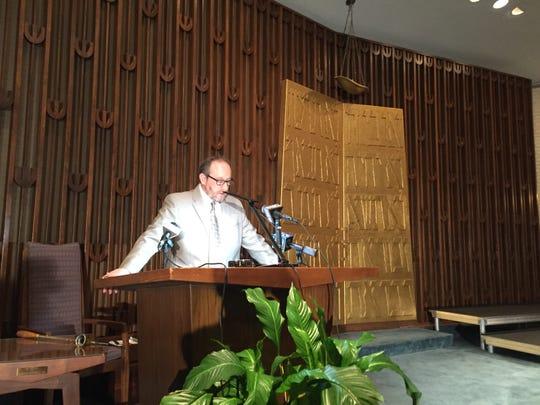 Rabbi Jeffery Kurtz-Lendner speaks to Beth Israel Congregation