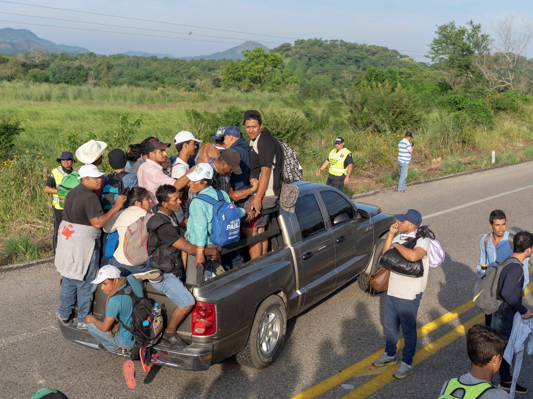El multipremiado reportero gráfico de USA Today, The Arizona Republic y La Voz, Nick Oza, ha acompañado la caravana migrante desde Guatemala hasta México. Aquí te presentamos algunas de las mejores imágenes captadas por su lente en su andar por Guatemala, El Salvador y México.