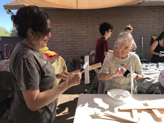 Voluntarios de la Coalición de Derechos Humanos de Arizona pintan de blanco cruces de madera en memoria de los inmigrantes fallecidos en el desierto de Arizona.
