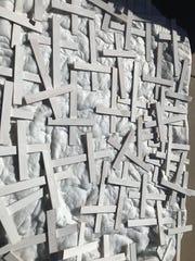 Fotografía de cruces de madera en memoria de los inmigrantes fallecidos en el desierto de Arizona al intentar cruzar la frontera de México con EE.UU.