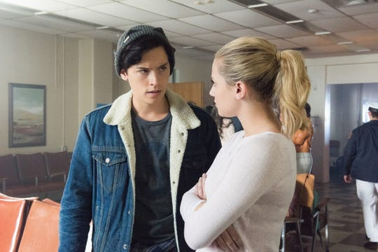 Jughead (Cole Sprouse) is dating Betty (Lili Reinhart) but also finds himself drawn to his father's gang, The South Side Serpents.