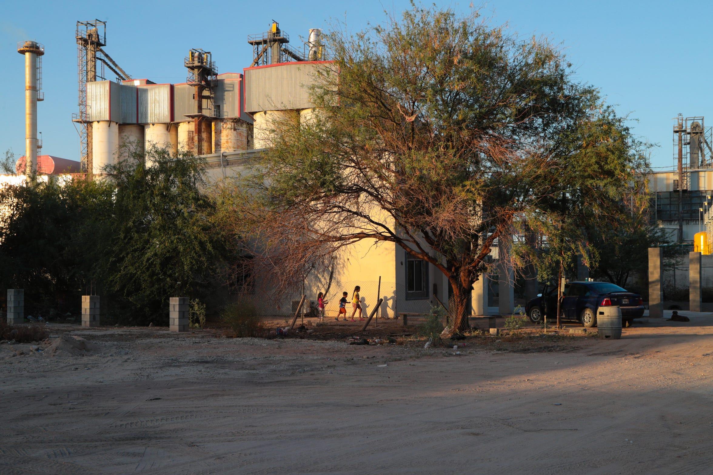 La fábrica Fevisa se ubica al lado de unas casas en el ejido El Choropo, al sur de Mexicali.