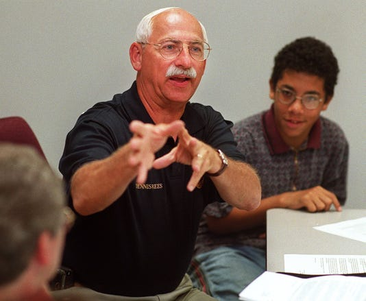 Text 1999 0623 05 2 Chiefs1 Loveland Police Chief Dennis Rees Talks With Members Of The Loveland Shalom Teen Leadership Group At The Police Station Wednesday Afternoon Photo By Steven M Herppich Cincinnati Enquirer