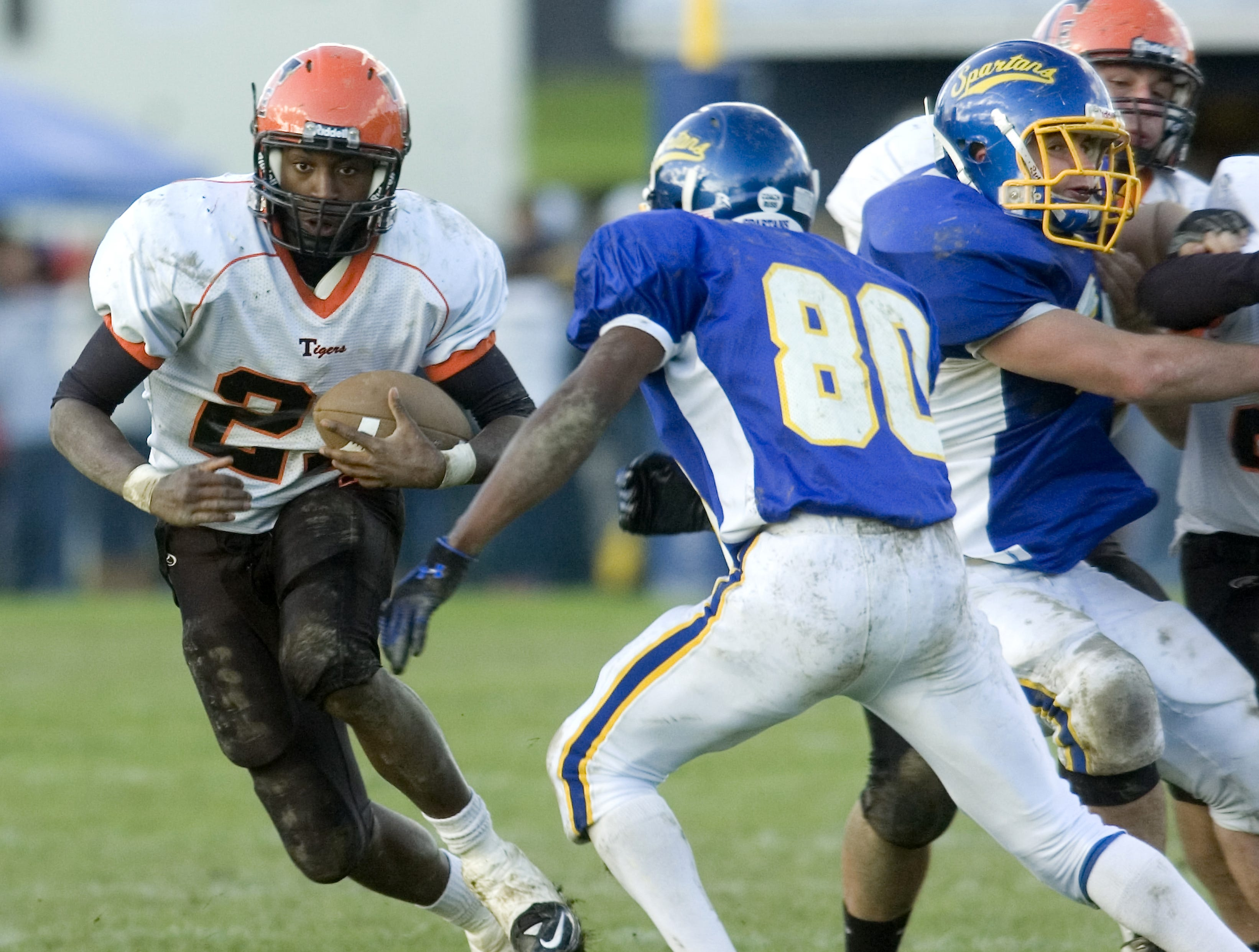 Maine-Endwell's Isaiah Butler (80) gets ready to stop the run by Union-Endicott's Jordan Thomas, left, in the third quarter of a 2009 game at M-E.
