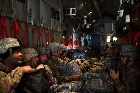 Fotografía muestra a militares a bordo de un Air Force C-130J Super Hercules esperando para aterrizar, en Fort Knox, Kentucky.