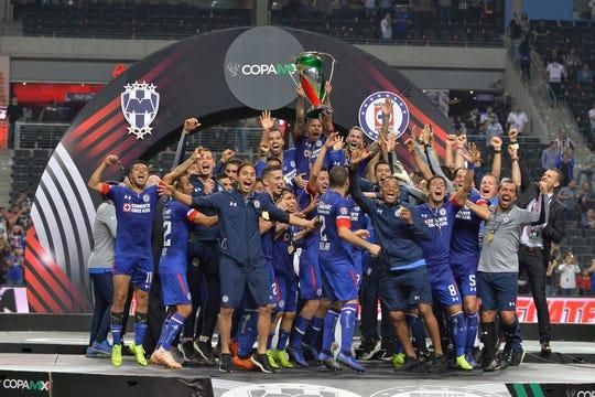 Jugadores de Cruz Azul celebran la conquista de la Copa MX.