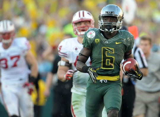 Oregon running back De'Anthony Thomas (6) scores on a 64-yard touchdown run in the Rose Bowl game against Wisconsin.