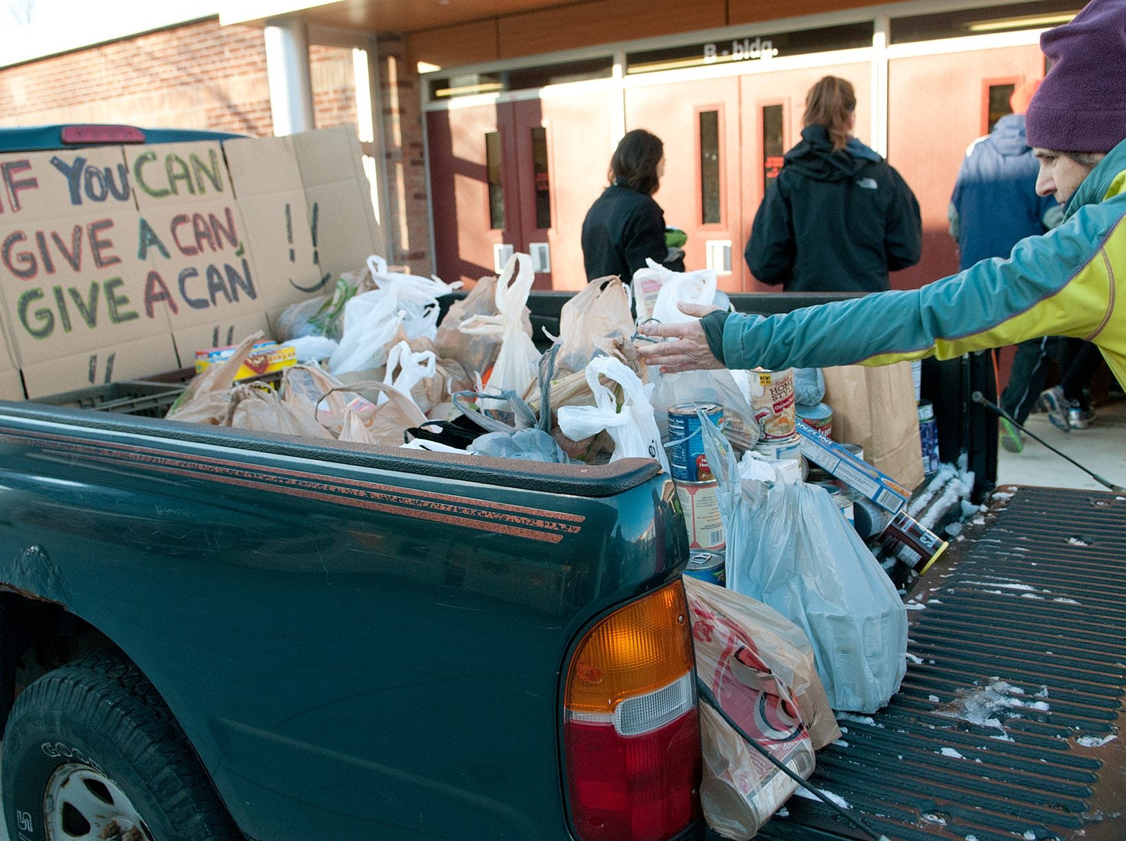 From 2013: More than 600 cans of food were donated by participants to Loaves & Fishes in the traditional charity run. The Finger Lakes Runners Club 41st Annual Thanksgiving Day Turkey Trot.