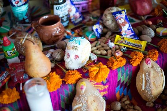 El altar tradicional de Culturas Hidalgo y Oaxaca se llenó de ofrendas a los ancestros muertos desde el 25 de octubre de 2018. Se dice que los muertos regresan el Día de Muertos para ver a sus familiares y compartir la comida y las bebidas que disfrutaban en vida.