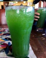 El restaurante Culturas Hidalgo y Oaxaca ofrece sabrosas aguas frescas de sabores, como la de pepino.