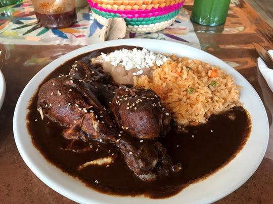 Los chefs del restaurante Culturas Hidalgo y Oaxaca usaron una receta de familia para cocinar este mole de pollo casero el 25 de octubre de 2018. También ofrecen pascal, un platillo de mole verde.
