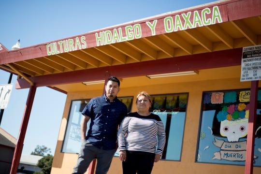 Roman Monjaraz, izquierda, y Martha Tapia, derecha, posan frente a Culturas Hidalgo y Oaxaca, el restaurante de su propiedad.