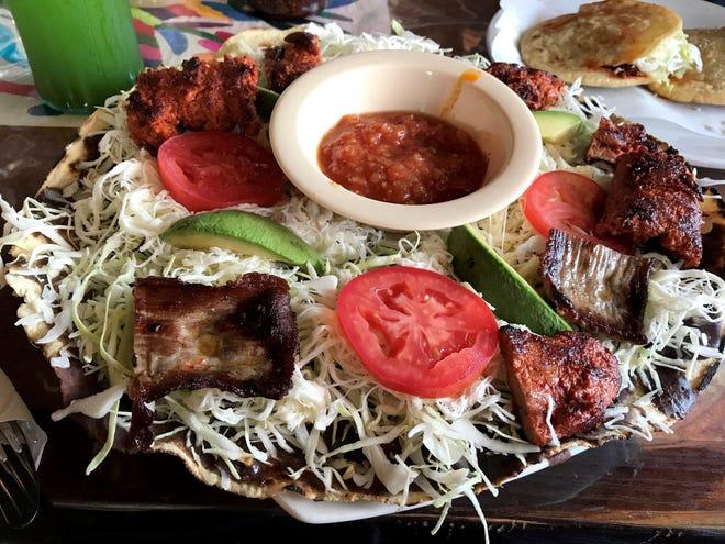 El restaurante Culturas Hidalgo y Oaxaca ofrece platillos tradicionales oaxaqueños, como la deliciosa y llenadora tlayuda.