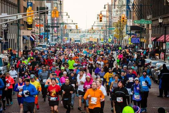 A flood of runners approach the circle during the Monumental Marathon.