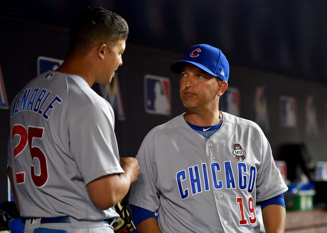 Then-Cubs assistant hitting coach Andy Haines (right) chats with first base coach Will Venable last season.