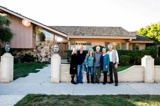 Brady Bunch Cast Left To Right Maureen Mccormack Marsha Brady Christopher Knight Peter Brady Susan Olsen Cindy Brady Mike Lookinland Bobby Brady Eve Plumb Jan Brady Barry Williams Greg Brady In Front Of The Original Brady Home In Stud
