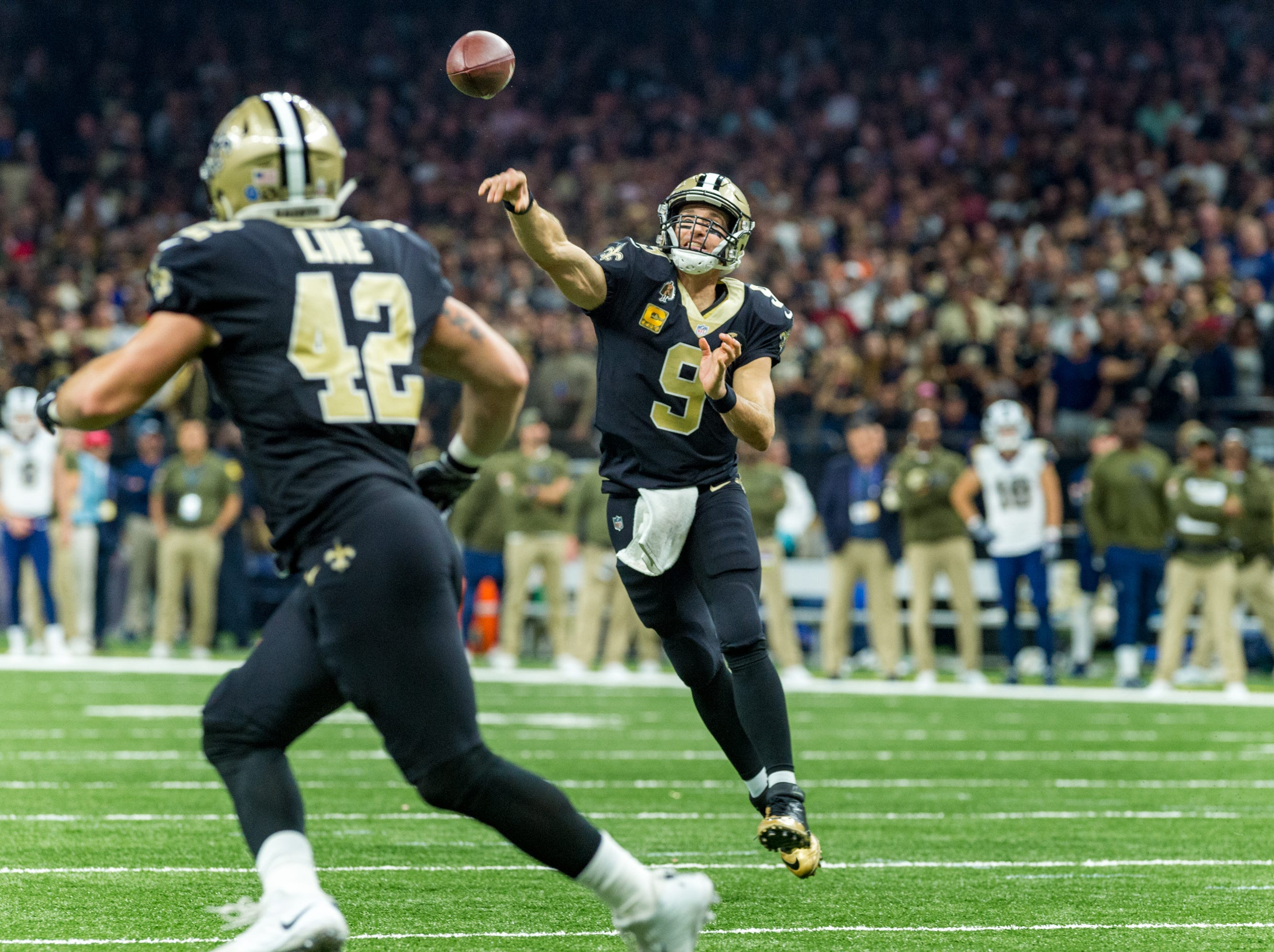 Saints quarterback Drew Brees throws a pass to Zach Line during the NFL football game between the New Orleans Saints and the Los Angeles Rams on Sunday, Nov. 4, 2018.