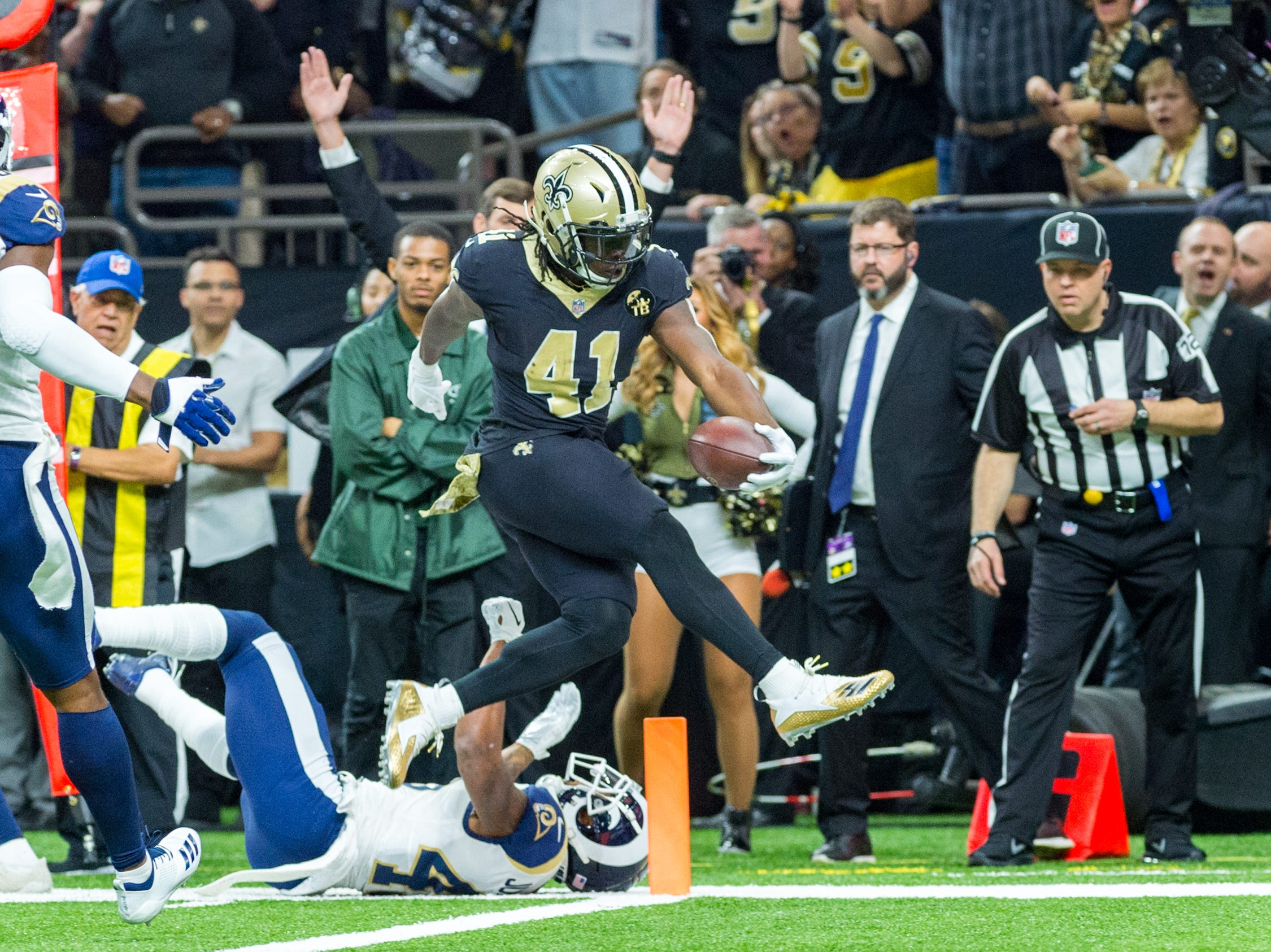 Saints runningback Alvin Kamara scores a touchdown on the opening drive during the NFL football game between the New Orleans Saints and the Los Angeles Rams on Sunday, Nov. 4, 2018.