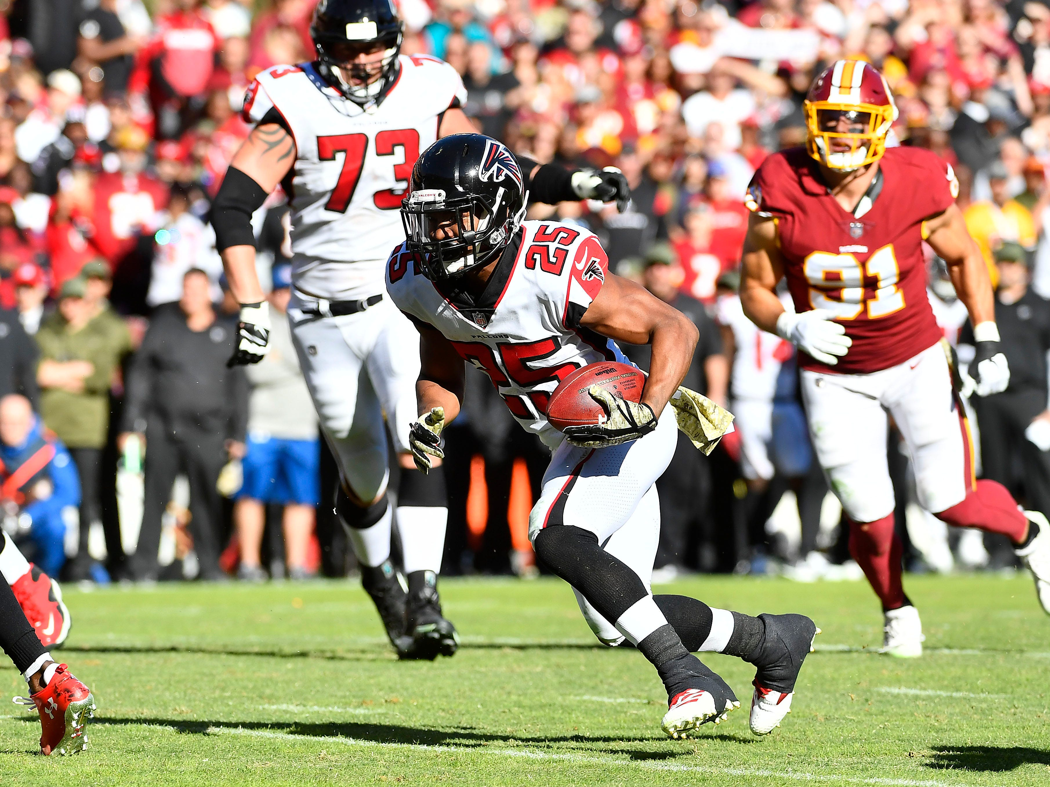 Atlanta Falcons running back Ito Smith (25) is on his way to the end zone in the first half against the Washington Redskins at FedExField.