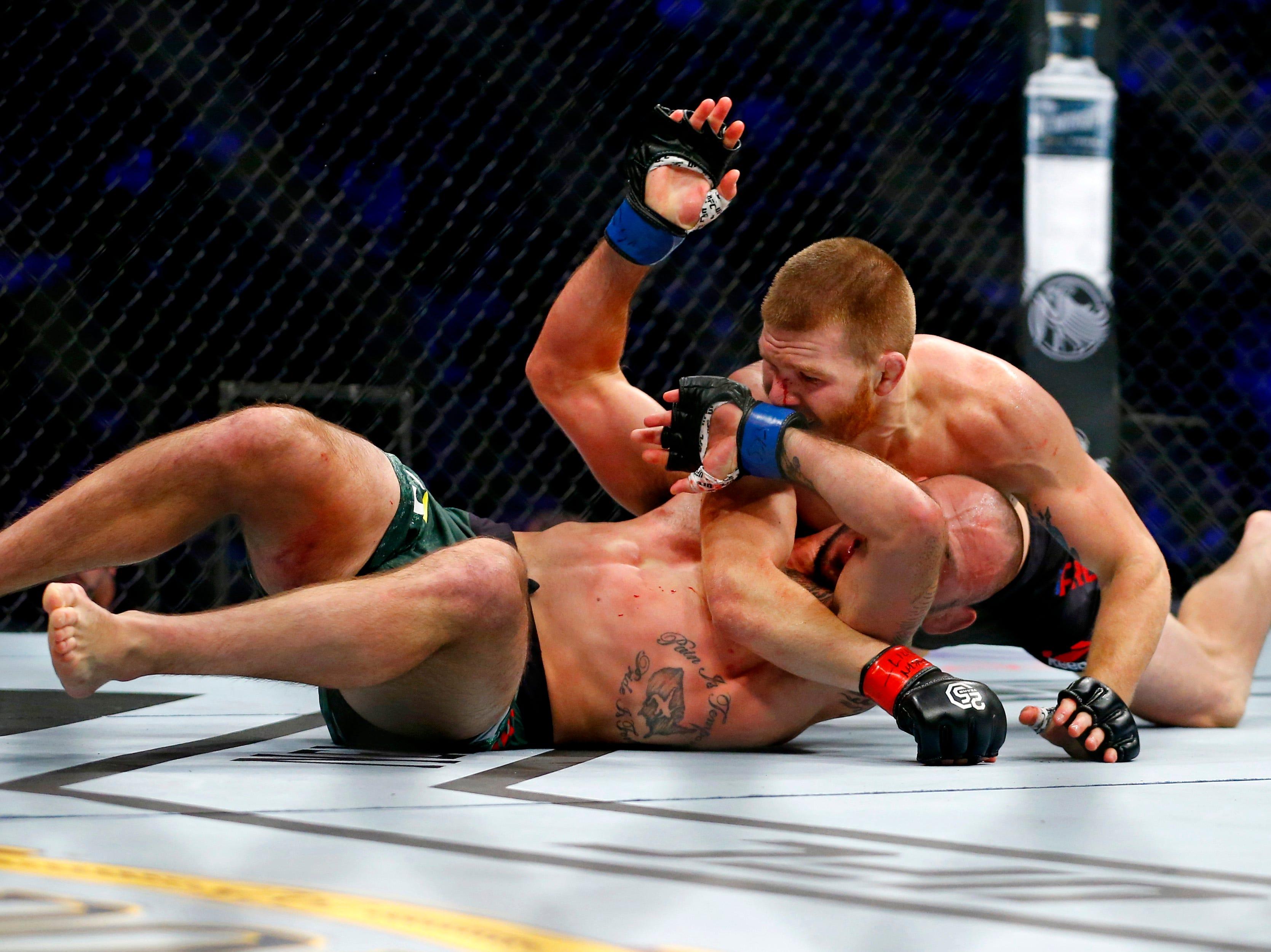 Matt Frevola (red gloves) fights Lando Vannata (blue gloves) during UFC 230 at Madison Square Garden.